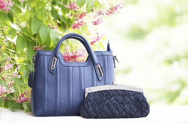 kabelky u květiny