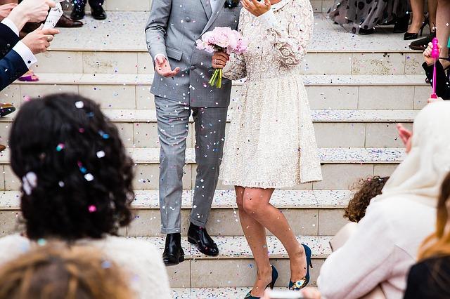 svatebčané na schodech