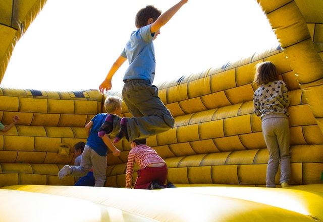 děti na skákacím hradě