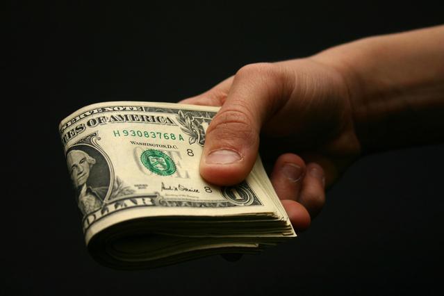 bankovky nabízené v ruce.jpg