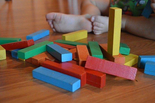 dítě, dřevěné kostičky