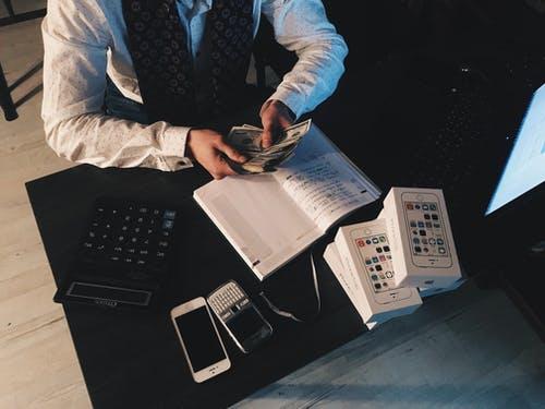 muž počítá peníz