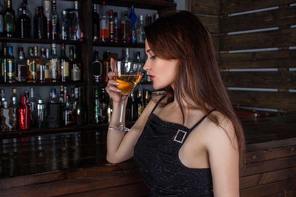 popíjející slečna